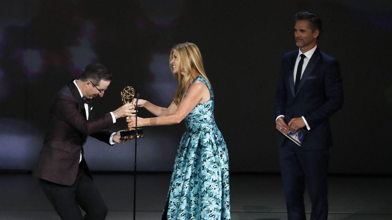 Emmy 2018: John Oliver recibe su premio de la mano de Connie Britton
