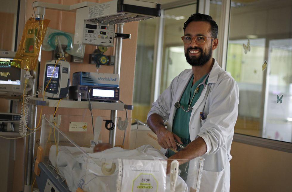 Alejandro Ávila, que coordina la investigación sobre el dolor, en la uci de neonatos del Teresa Herrera.