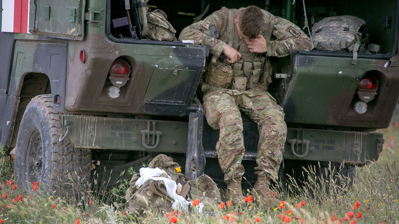 Un paracaidista estadounidense espera para ser atendido tras sufrir un golpe durante la toma de tierra
