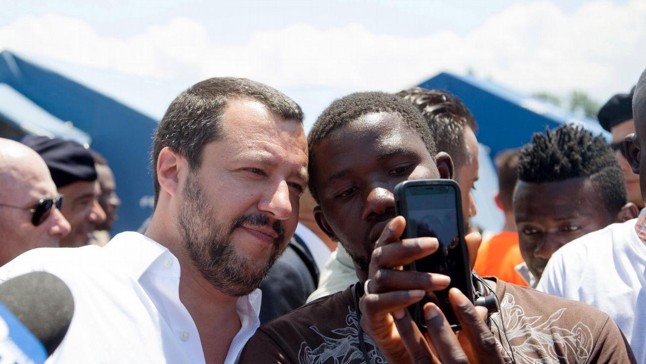 .Matteo Salvini, viceprimer ministro y titular de Interior, se hace una foto con un inmigrante durante su visita a un campamento en la región de Calabria