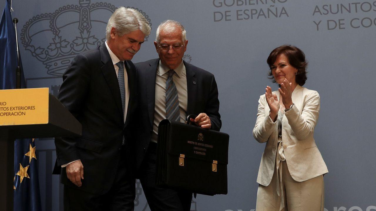 El nuevo ministro de Exteriores Josep Borrell en su toma de posesión junto al ministro saliente Alfonso Dastis
