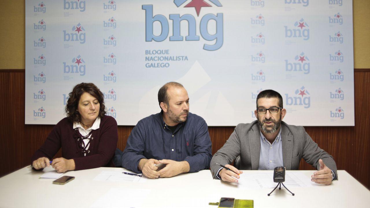 En la imagen, el consejero de Empleo, Industria y Turismo, Isaac Pola, y el director general de Trabajo, Antonio González, con los representantes sindicales y miembros del comité de empresa de Alcoa.