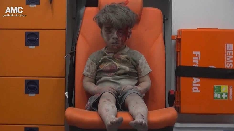 Omran, el niño que sobrevivió al bombardeo en Aleppo.Al Asad, con un alto funcionario iraní hoy en Damasco
