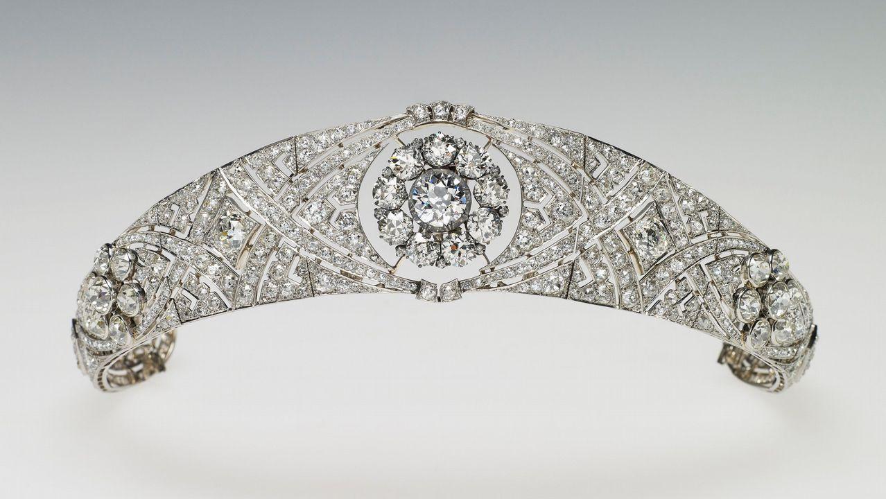 .Una tiara propiedad de la Reina Mary. La joya que la reina Isabel II prestó a Meghan Markle para su boda fue una tiara en forma de banda de diamantes creada en 1932 con un espectacular broche desmontabla al centro, hecho en 1893 y compuesto de 10 brillantes diamantes.