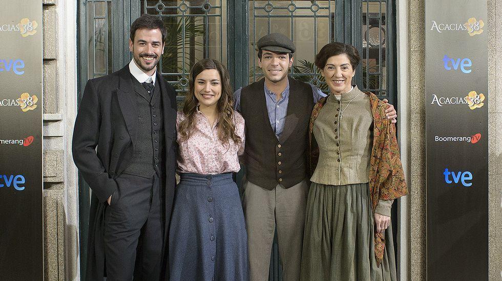 Los actores gallegos Iago García (izquierda) y Sheyla Fariña (segunda por la izquierda)