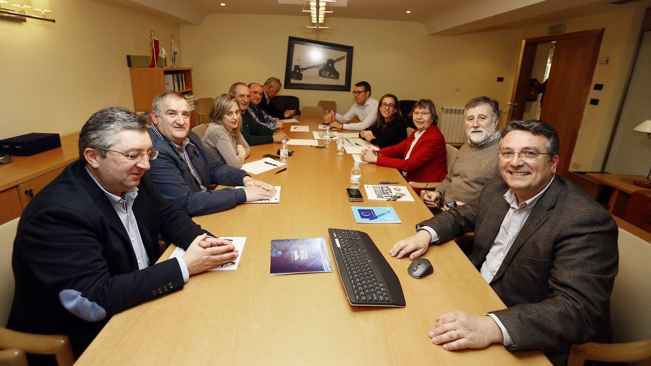 Directivos de Puerto de Celeiro, con la conselleira, autoridades y el director de «Friends of the Sea»