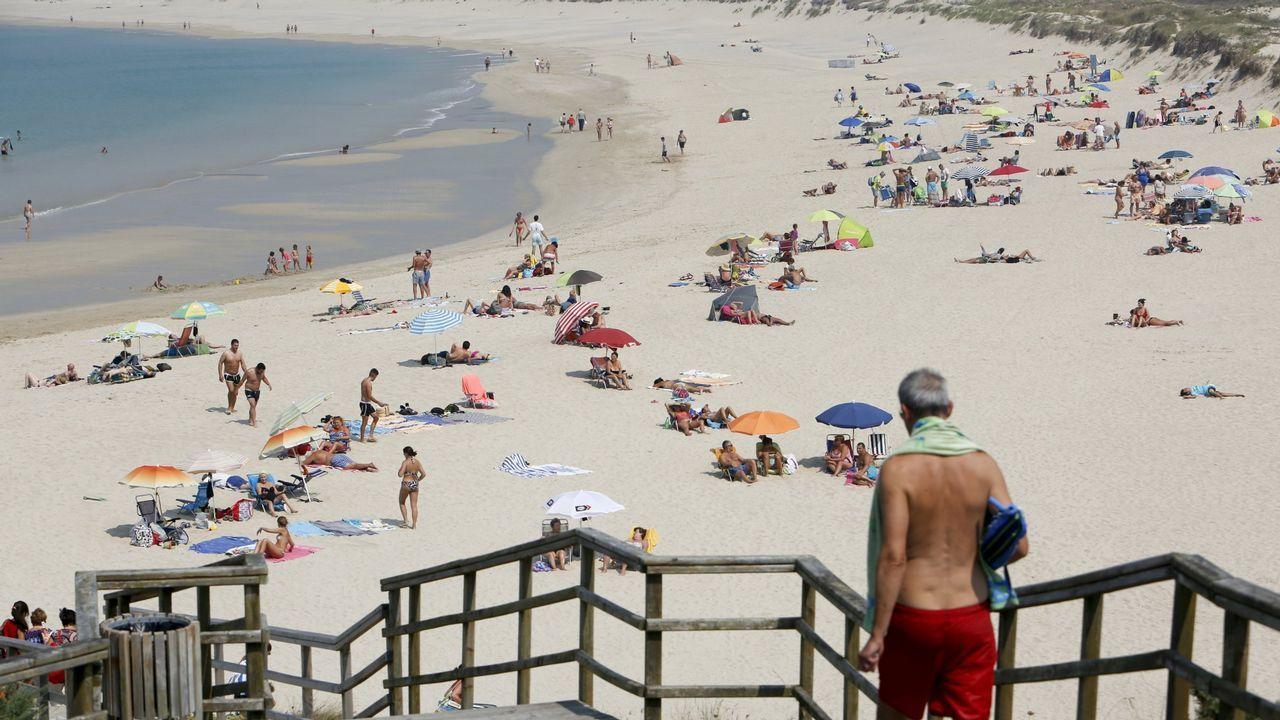 Playa de San Xurxo. Para muchos, por su forma, sus dunas y sus alrededores, una de las más espectaculares de Ferrol. Si el tiempo acompaña, el azul de sus aguas es llamativo. Se trata de uno de los lugares más fotografiados y multitudinarios durante el verano