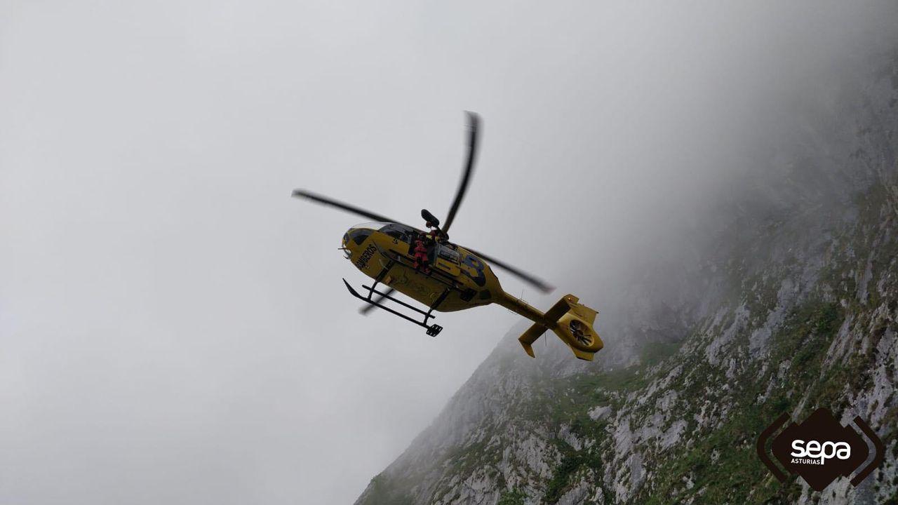 Ángel Fernández vuelve junto a su familia.Helicóptero utilizado para el rescate de los tres senderistas despistados perdidos en Cabrales