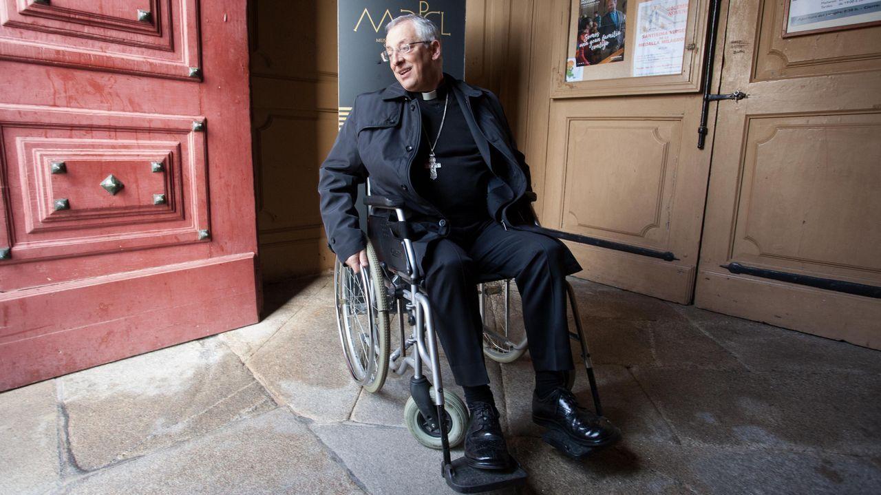 El obispo, en silla de ruedas