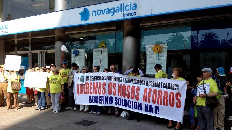 Protesta en la sede central de NCG.Los afectados por las preferentes, ante una oficina de Novagalicia Banco en el Obelisco