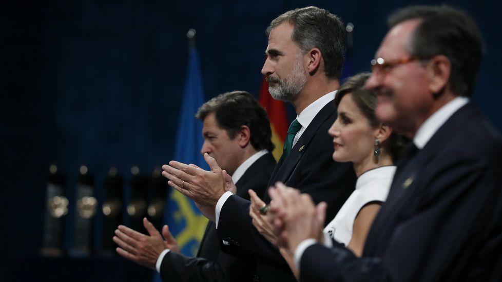 .Los reyes Felipe y Letizia junto al jefe del Ejecutivo asturiano, Javier Fernández (i), al inicio de la ceremonia de entrega de los premios Princesa de Asturias 2017