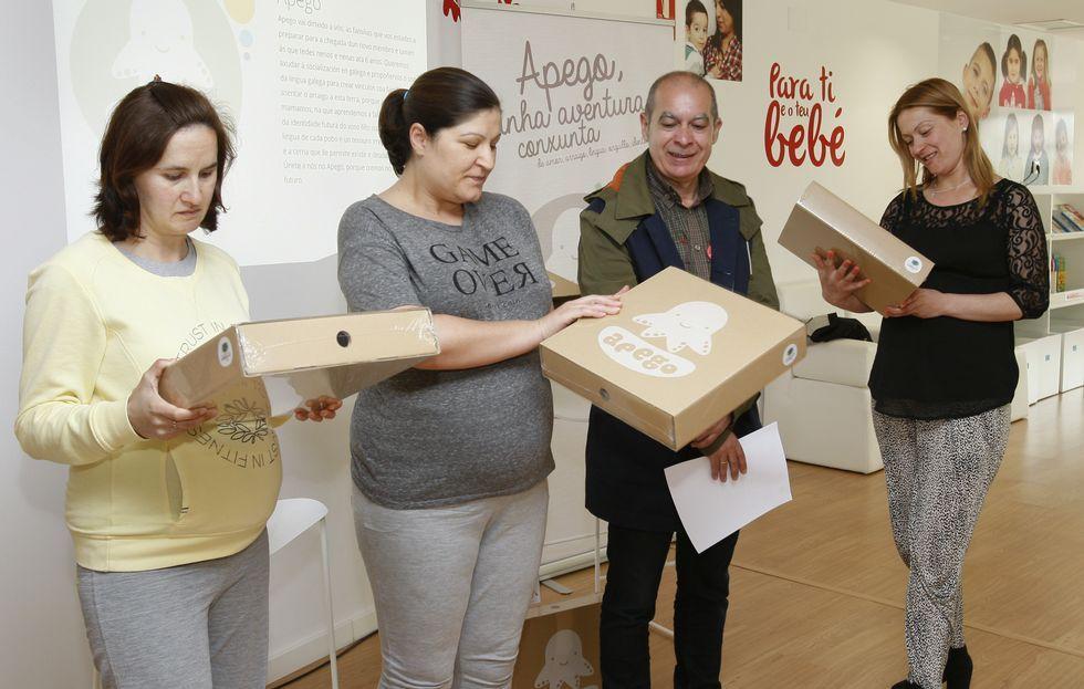 Estefanía Rey, Alicia Camiño, Xosé Regueira e Fátima Costa, cos maletíns do proxecto Apego.