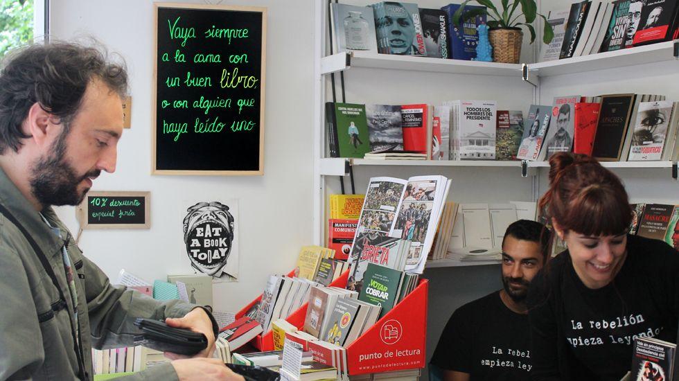 Un comprador en una de las casetas de la Feria del Libro de Gijón