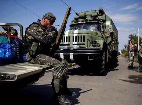 .Un soldado ucraniano descansa en la localidad de Volnovakha, en la región de Donetsk.