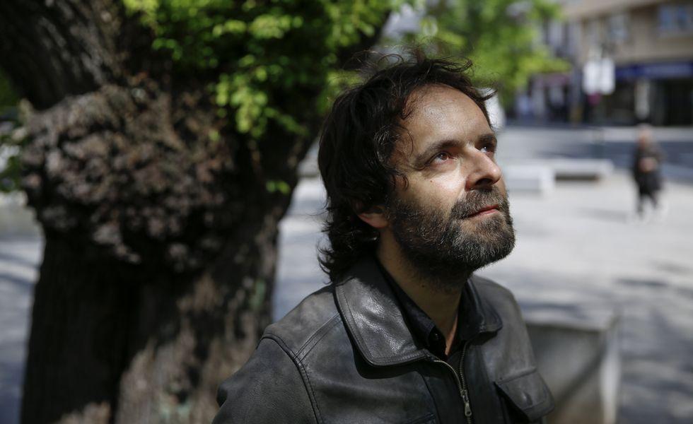 .El músico coruñés Félix Arias tiene 42 años y un perro de 10, está casado y da clases a niños pequeños y a adultos.