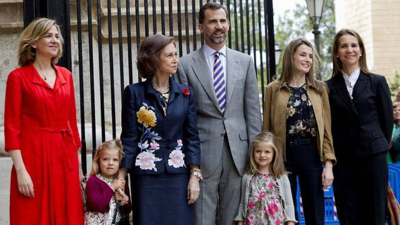 Año 2011: La reina Sofía, los Príncipes de Asturias y sus hijas, las infantas Leonor y Sofía, así como las infantas Elena y Cristina asisten a la misa del Domingo de Resurrección en la Catedral de Mallorca
