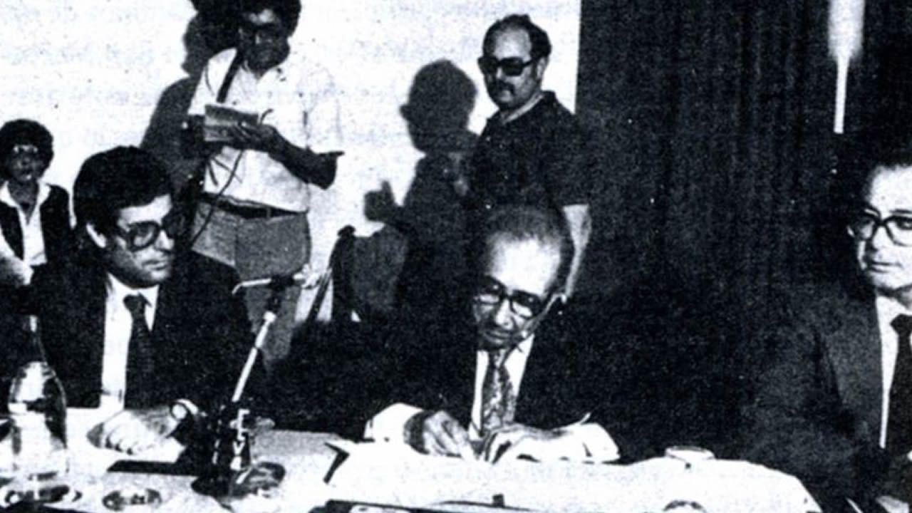 Pactos del hostal: Meilán, Iglesias Corral y Miguel Sanmartín, durante la firma del acuerdo