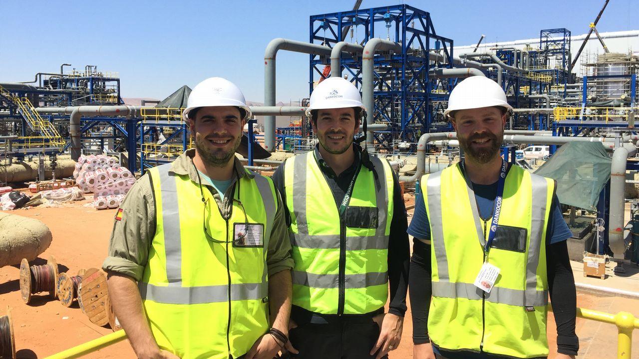.Juan Rodríguez, Marco Aurelio Caamaño y Pablo da Riva en la planta termosolar de Upington, en Sudáfrica
