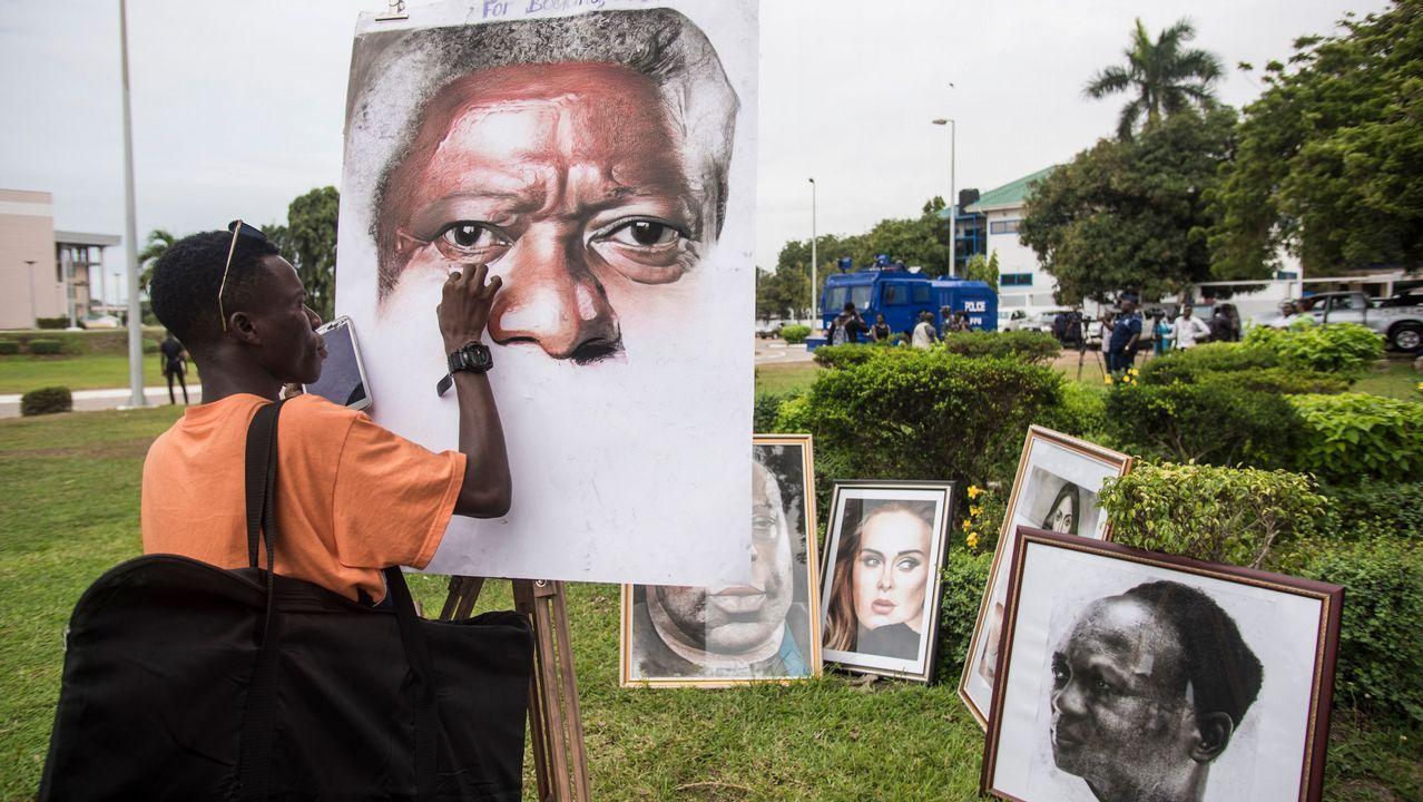 Un artista pinta un retrato de Kofi Annan a la entrada del Centro Internacional de Conferencias de Accra, en Ghana