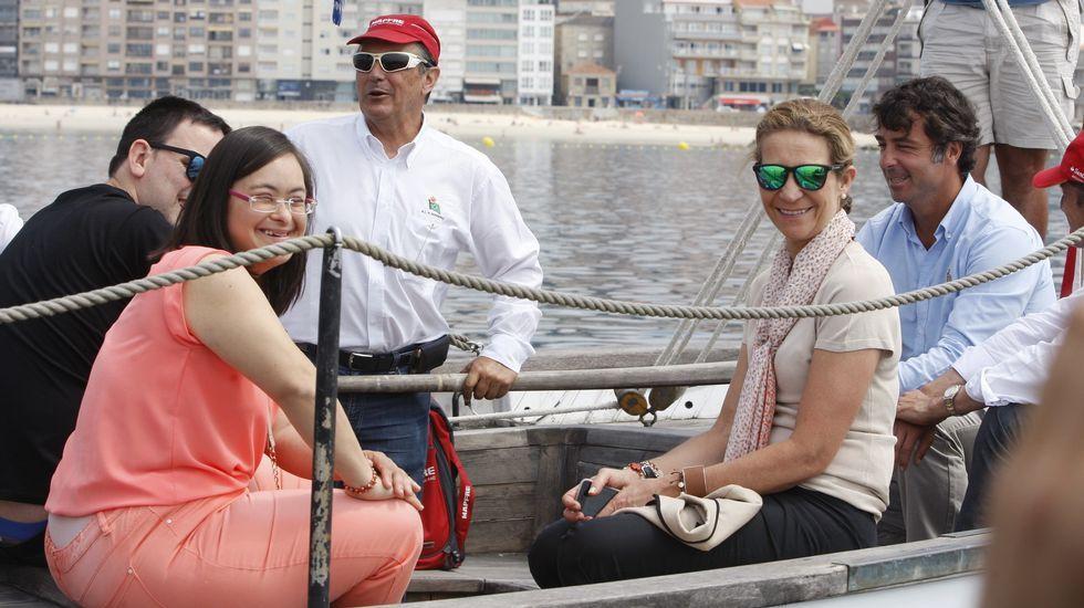 La infanta Elena practica los primeros auxilios en A Coruña.Unas 200 personas participan en el programa marítimo.