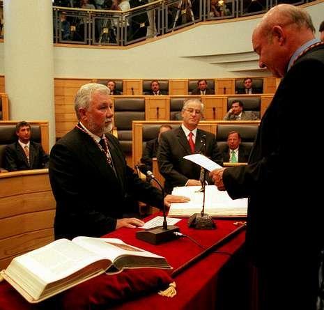 Feijoo explica sus fotos con Marcial Dorado.Tras las elecciones, Torres alcanzó la presidencia provincial.