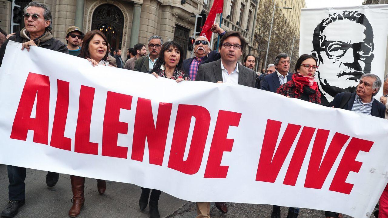 Decenas de personas marcharon en homenaje a Salvador Allende