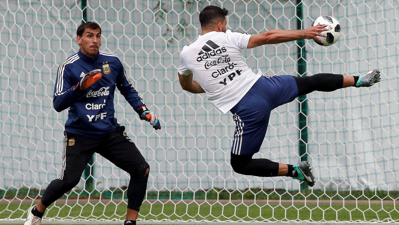 Disparo acrobático del futbolista Kun Agüero durante un entrenamiento con la Selección de Argentina