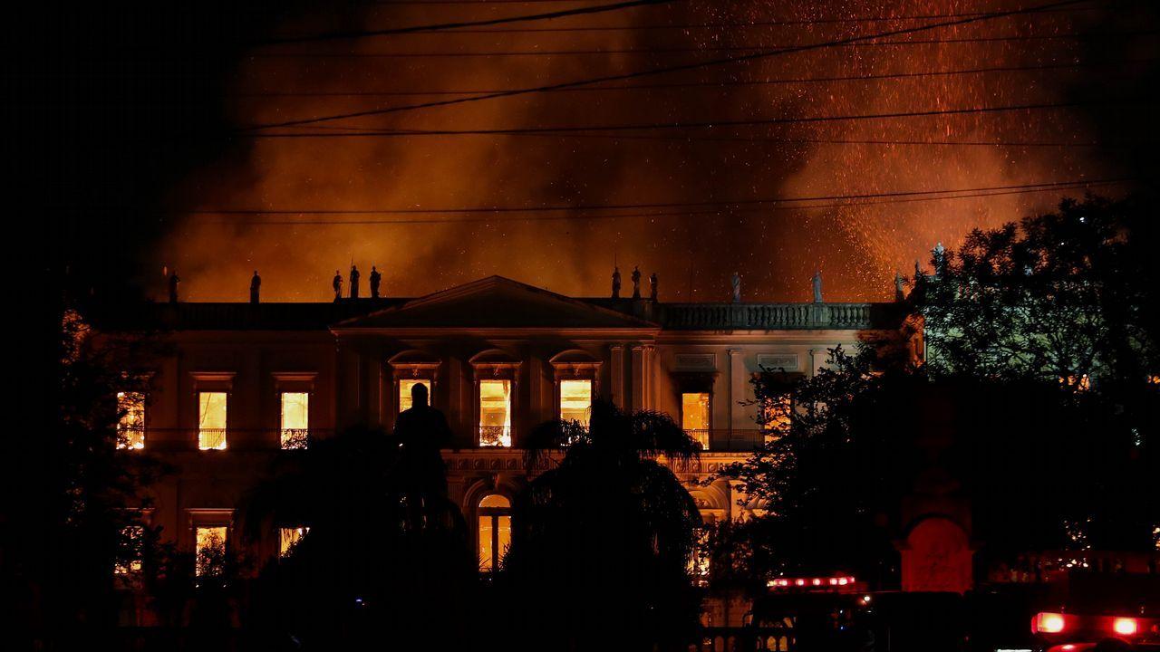 Vista general del Museo Nacional de Río de Janeiro, uno de los más antiguos de Brasil, mientras es consumido por las llamas debido a un incendio