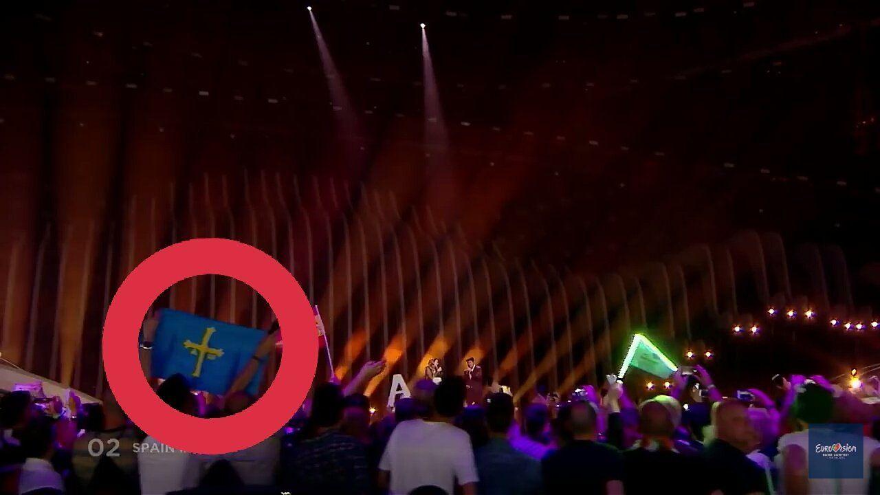 Ni tiempo seco ni calor a la vista.Desde la izquierda, Vicente Álvarez Areces, Isaac Pola, Belarmino Feito, Mariví Monteserín, Javier Fernández y Carlos Paniceres delante del gigantesco telescopio que construye Asturfeito