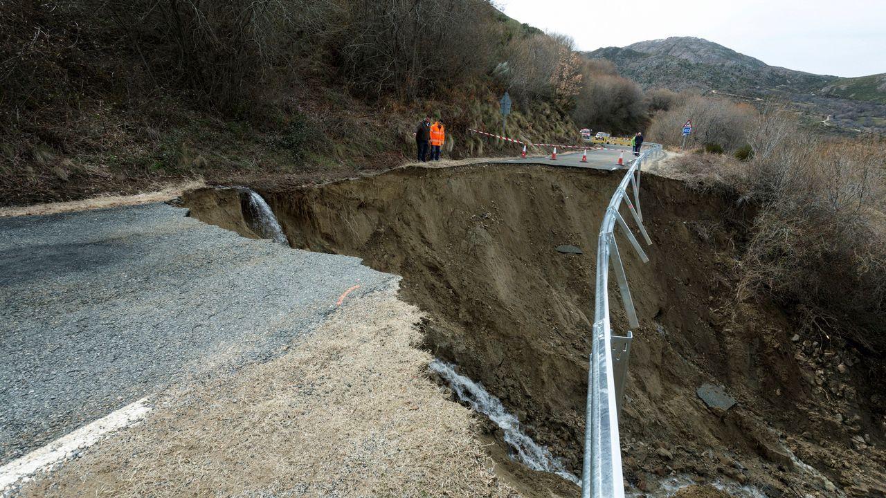 Las lluvias y el deshielo han provocado el derrumbe de un tramo de entre 15 y 20 metros de la carretera que conecta Villanueva de Ávila con el puerto de Mijares, en el corazón del Tiétar