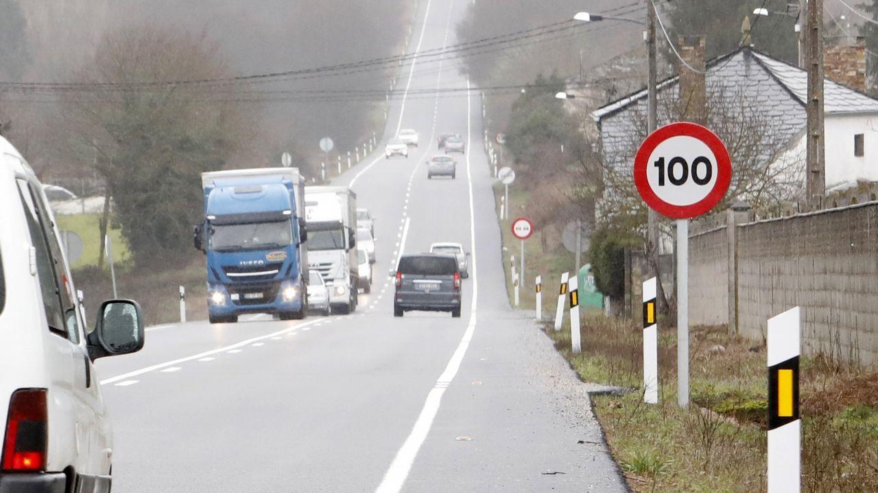 «¡La república no existe, idiota!».Tramo de la carretera N-640 en Lugo que deberá cambiar las señales de 100 a 90 para adaptarse a los nuevos límites máximos
