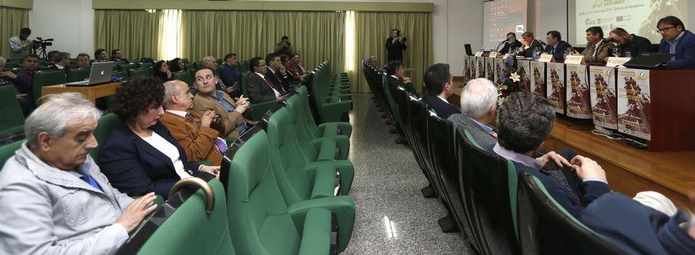 Discursos de apertura, ponencias y opiniones del público coincidieron ayer en Burela al reivindicar el peso de la pesca.