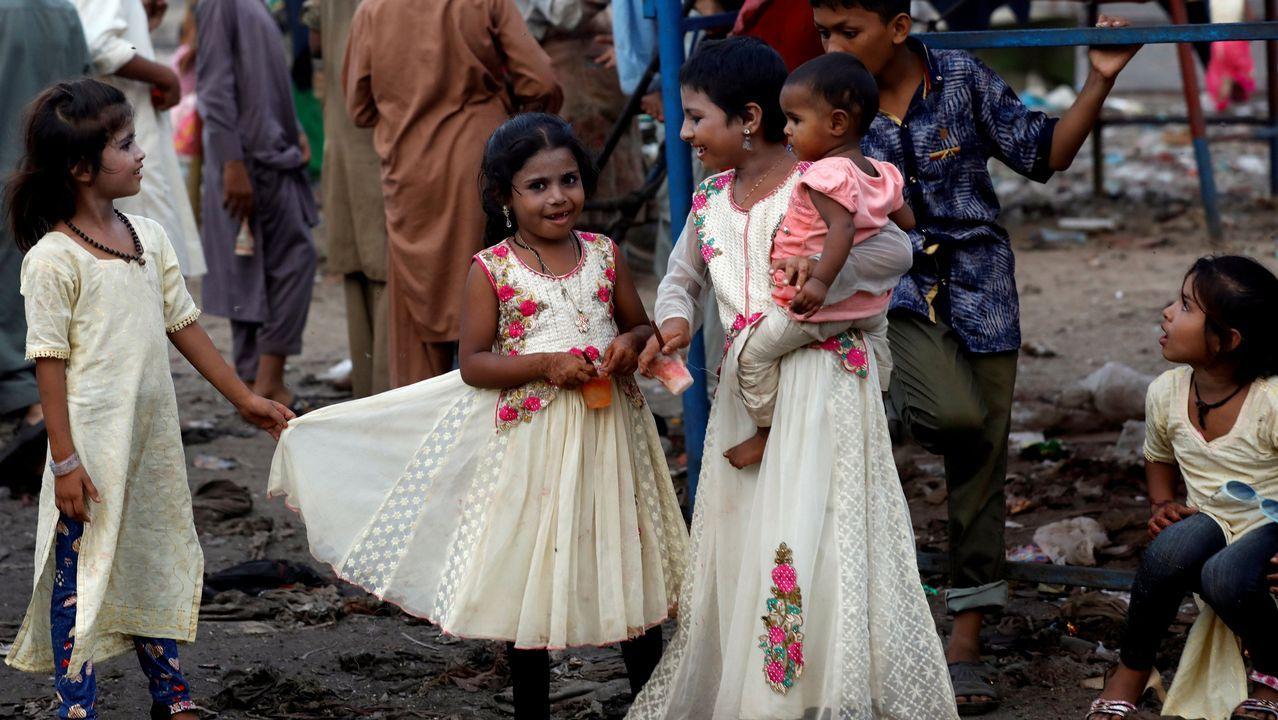 Varias hermanas de un barrio pobre de Pakistán estrenan vestido con motivo de las celebraciones del Eid Al-Adha