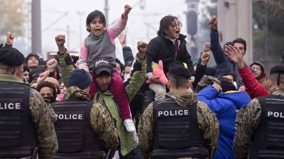 Miles de refugiados atrapados en la frontera con Macedonia.Tizón, na exposición do Torrente Ballester, unha proposta da oenegué Causas Comúns.