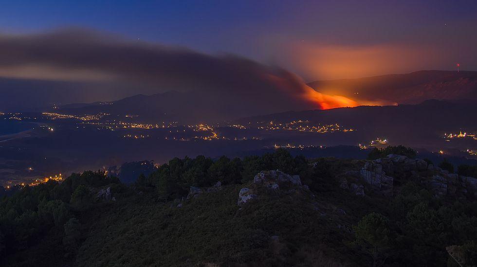 Los vecinos de Porto do Son se sumaron a la lucha contra las llamas.Incendio forestal en Coaxe