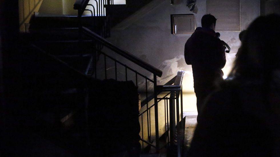 .Vista del interior del portal en el que ocurrió el incendio de un edificio en la localidad de El Berrón