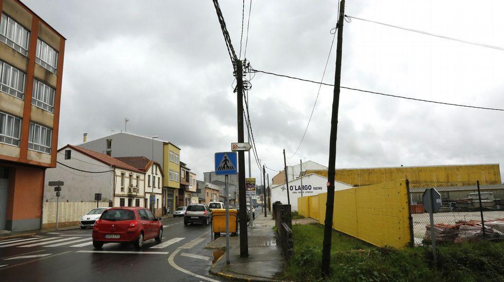 Varios postes con cableado en Carballo.