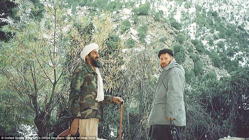La vida de Osama Bin Laden en las cuevas de Tora Bora.Por último le colocan un aparato en su espalda.