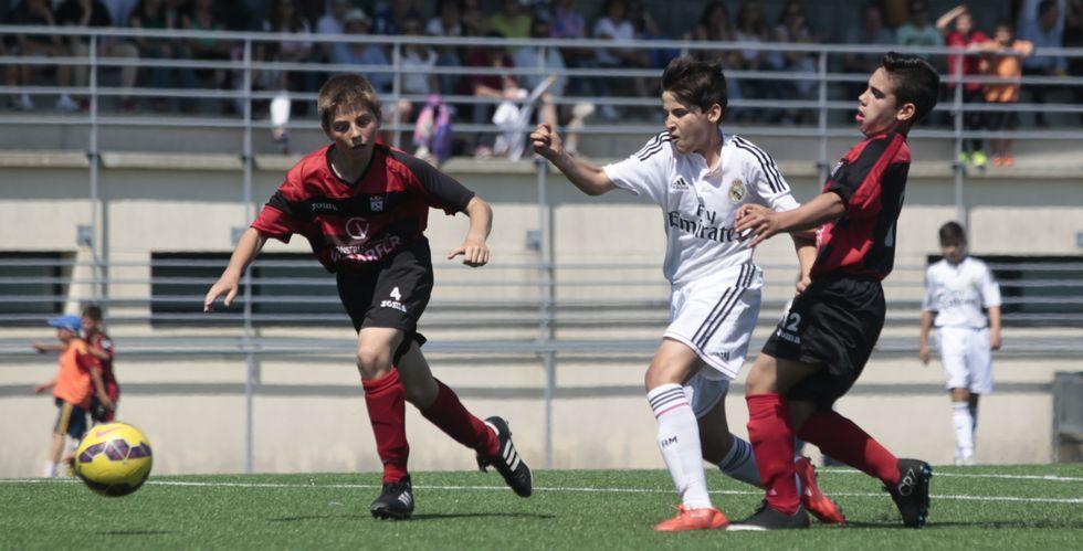 .La Escola de Fútbol Lalín se enfrentó a dos de los teóricos aspirantes al título, el Real Madrid (en la foto) y Barcelona.
