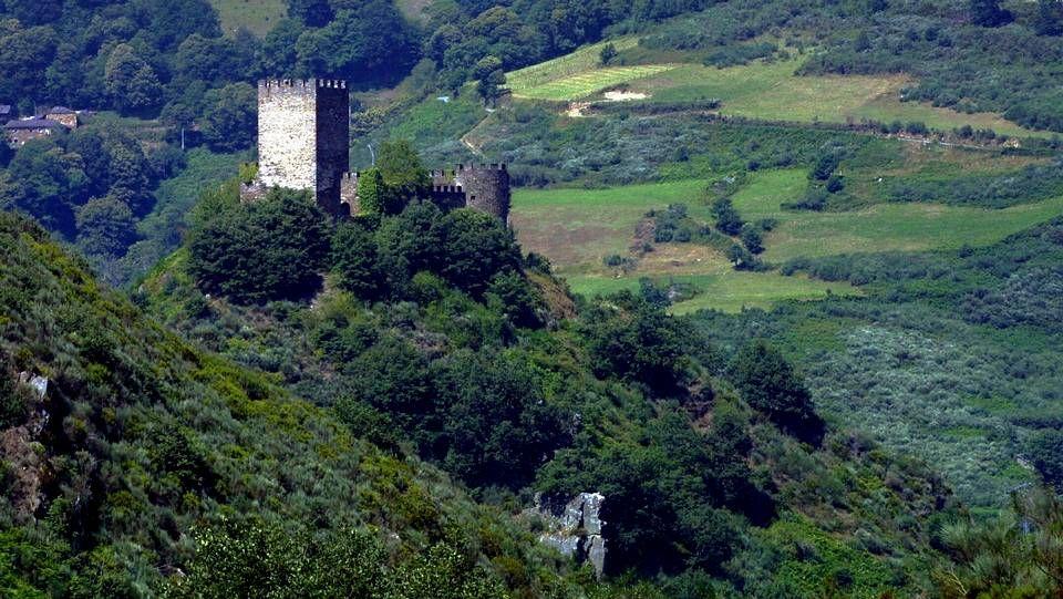 El castillo de Doiras, en el concello de Cervantes cuenta con un entorno privilegiado en un enclave natural de gran belleza, al margen del río Cancelada.