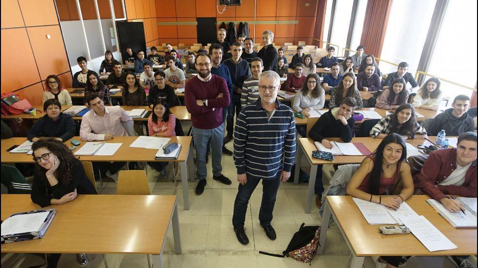 Temporal de lluvia y viento en Santiago.Alumnos y profesores de la primera promoción de Enxeñariá Aeroespacial, grado que ofrece la Universidade de Vigo en su campus de Ourense