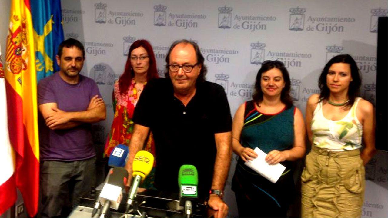 Integrantes del grupo municipal de XsP en una rueda de prensa en el ayuntamiento