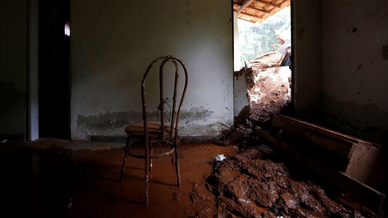Una silla dentro de una casa destruida después de que se rompiera la presa de la empresa Vale