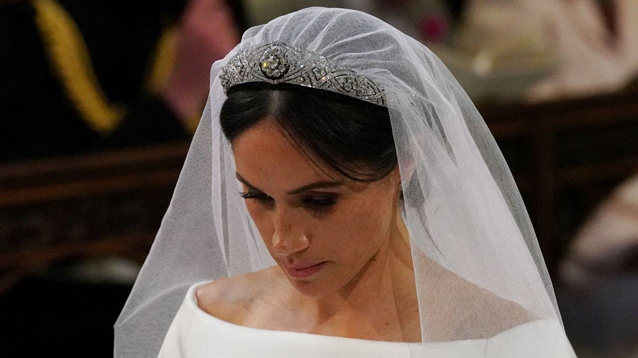 Una tiara propiedad de la Reina Mary. La joya que la reina Isabel II prestó a Meghan Markle para su boda fue una tiara en forma de banda de diamantes creada en 1932 con un espectacular broche desmontabla al centro, hecho en 1893 y compuesto de 10 brillantes diamantes.