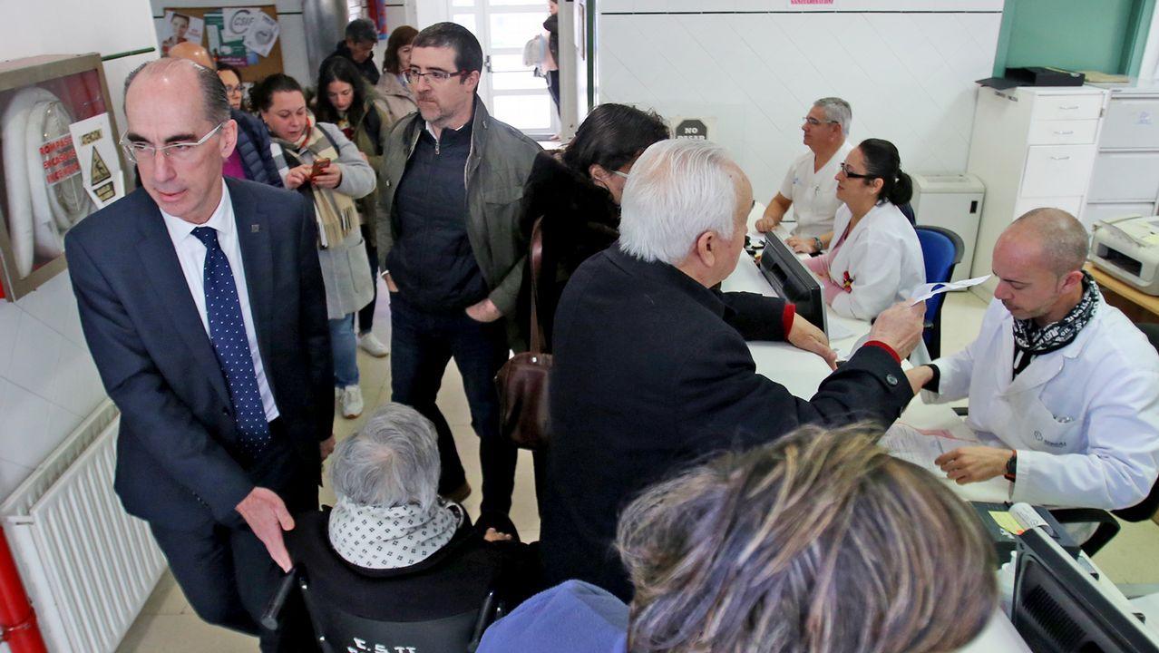 Jesús Vázquez Almuiña y Félix Rubial en una visita al centro de salud de O Porriño