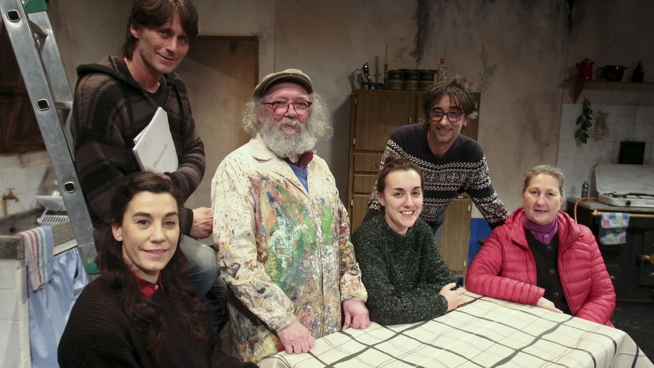 Prieto (segundo por la derecha) con las tres actrices del montaje (Esther Aja, Celia González y Luísa Merelas);  el responsable de Malasombra, Xoque Carbajal, y «Kukas», el escenógrafo