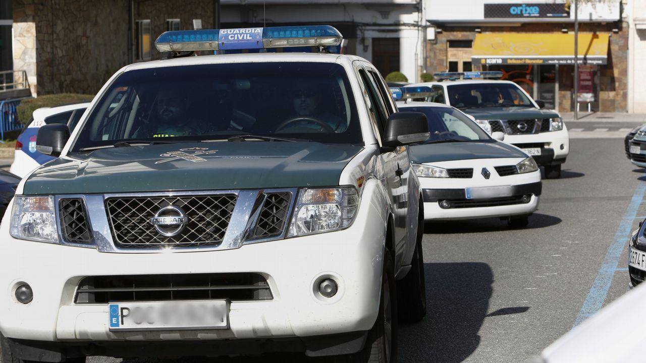 Embiste a un coche de la Guardia Civil en Ordes tras robar en un bar en Carballo y en un estanco de Taragoña.Concentración de los examinadores de tráfico, en una jornada de huelga convocada en toda España en 2017