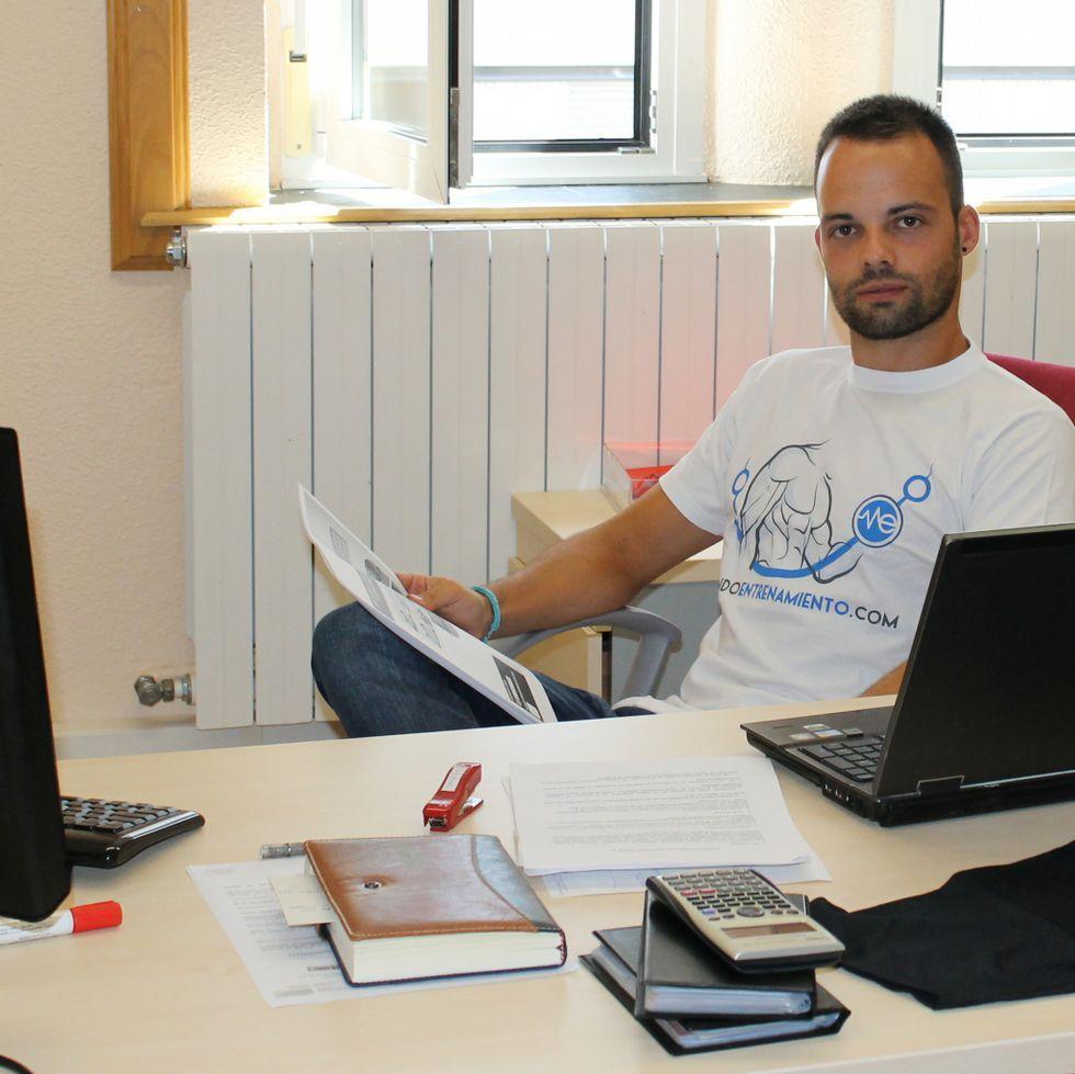 Pablo Sánchez, en la redacción de su revista de entrenamiento.