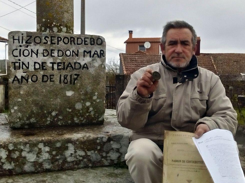 «La excarcelación fue laboriosa, duró mucho tiempo».Gonzalo Losada, en el cruceiro del siglo XIX de Moreiras con el viejo sello municipal en la mano.