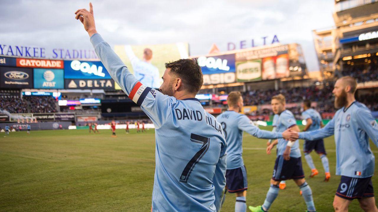 Iniesta y Pedro Sánchez.David Villa ha marcado su gol número 400